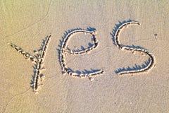 Ja geschreven in het zand Royalty-vrije Stock Foto's