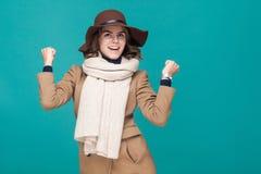 Ja! Gestkvinna som jublar hennes framgång Segertecken royaltyfri fotografi