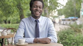 Ja, Goedkeurend Afrikaanse Zakenman Sitting in Openluchtkoffie stock footage