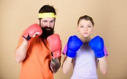 Ja jest ciężki nie udać się Trenować z trenerem nokaut i energia pary szkolenie w bokserskich rękawiczkach uderzający pięścią, sp obrazy royalty free