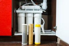 Ja jest czasem zmienia? wodnych filtry w domu Zamienia filtry w wodnym purifying systemu Zamyka w g?r? widoku trzy u?ywa? filtra zdjęcie stock