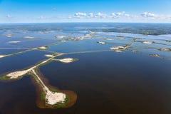 Pole naftowe na jeziorze zdjęcie royalty free