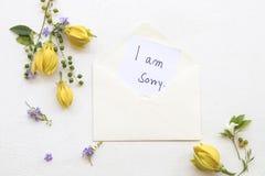 Ja jestem zmartwionym wiadomości karty handwriting z ylang kwiatem zdjęcia stock