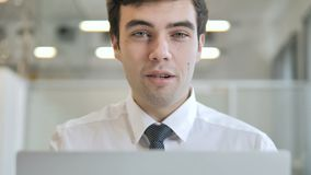 Ja, Jonge Zakenman Accepting Offer op het Werk stock video