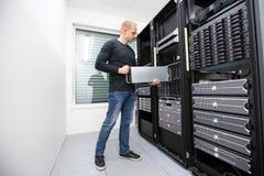 Ja konsultant instaluje ostrze serweru w datacenter zdjęcia stock