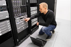 Ja konsultant praca z laptopem w datacenter obraz royalty free
