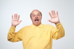 Ja ` m przestraszony Portret senior okaleczał mężczyzna w żółtym pulover Męski długość portret zdjęcia stock