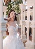 Ja nadaje się Elegancki ślubny salon czeka panny młodej kobieta przygotowywa dla poślubiać Piękne ślubne suknie wewnątrz zdjęcie stock