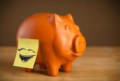 Ja nutowy z smiley twarzą sticked na prosiątko banku Zdjęcie Stock