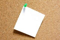 Ja nutowy z zielonym pushpin na corkboard. Zdjęcia Royalty Free