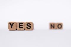 Ja oder NO-Frage-Antworttext lokalisiert auf Weiß Lizenzfreie Stockbilder