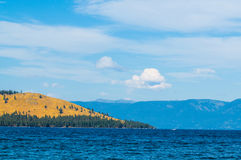 Jałowa linia brzegowa z widokiem górskim na Flathead Jeziornym Montana Zdjęcia Royalty Free