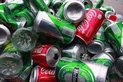 Jałowe puszki i butelki na ulicie Fotografia Stock