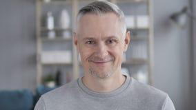 Ja, Positief Gray Hair Man Accepting Offer door Hoofd Te schudden stock footage