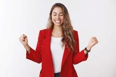 Ja söt smakframgångseger Ståenden av spännande avlöste den lyckliga snygga kvinnliga entreprenören som firar bra lycka arkivbilder