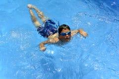 Ja ` s zabawa pływać w pływackim basenie! zdjęcia royalty free