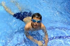 Ja ` s zabawa pływać w pływackim basenie! obrazy royalty free