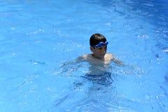 Ja ` s zabawa pływać w pływackim basenie! fotografia stock