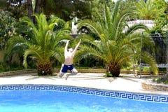 Ja ` s zabawa skakać w pływackiego basen! obrazy royalty free