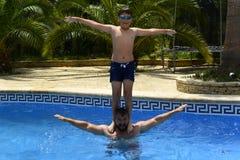 Ja ` s zabawa skakać w pływackiego basen! obraz royalty free