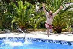 Ja ` s zabawa skakać w pływackiego basen! zdjęcia royalty free