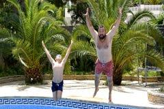 Ja ` s zabawa skakać w pływackiego basen wpólnie! zdjęcia stock