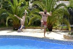 Ja ` s zabawa skakać w pływackiego basen wpólnie! zdjęcie royalty free
