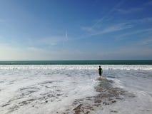 Ja surfingowiec wchodzić do w morze Zdjęcie Stock