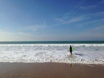 Ja surfingowiec wchodzić do w morze Obrazy Stock