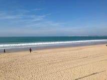 Ja surfingowiec wchodzić do w morze Obrazy Royalty Free