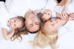 ja target2425_0_ wpólnie łóżkowy rodzinny szczęśliwy lying on the beach Fotografia Royalty Free