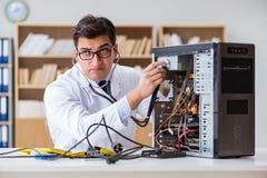 Ja technika komputeru osobistego naprawianie łamający komputer stacjonarny obrazy royalty free