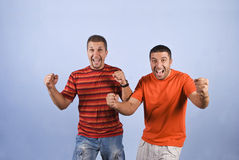 Ja! Wir gewannen! Aufgeregte Kerle mit den Händen oben Lizenzfreie Stockfotografie