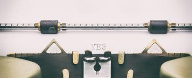 JA Wort in Großbuchstaben auf einem Schreibmaschinenblatt Lizenzfreie Stockbilder