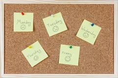Ja zauważa z dniami powszednimi i smileys sticked na corkboard Fotografia Royalty Free