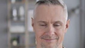 Ja, zie dicht omhoog van Gray Hair Man Shaking Head onder ogen Aanbieding goedkeuren stock video