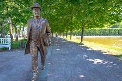 Jaan Poska雕塑在卡利柯治宫殿庭院里,塔林,爱沙尼亚 免版税库存照片