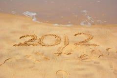 Jaar 2012 geschreven in zand Royalty-vrije Stock Fotografie