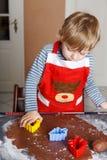 3 jaar de koekjes van het de gemberbrood van het kindbaksel voor Kerstmis Stock Foto