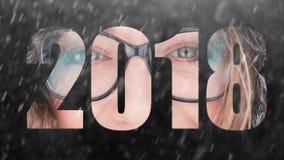 2018 Jaar Gelukkig meisje in de sneeuw stock videobeelden