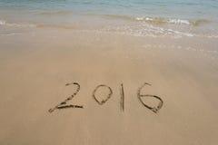Jaar 2016 geschreven in zand op strand Royalty-vrije Stock Afbeeldingen