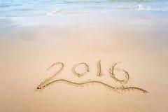 Jaar 2016 geschreven in zand op strand Stock Foto