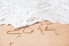 Jaar 2014 geschreven in zand op tropisch strand Stock Foto's