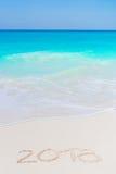 Jaar 2018 hand op het witte zand voor het overzees wordt geschreven die Stock Foto's
