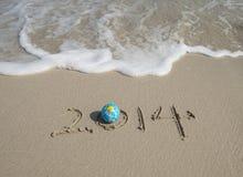 Jaar 2014 hand op wit zand i wordt geschreven die Royalty-vrije Stock Fotografie