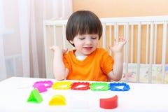 2 jaar jongens speelt logisch stuk speelgoed Stock Foto's