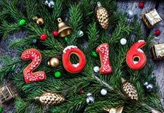 2016 jaar koekjes op de boom van de Kerstmistak Stock Afbeeldingen