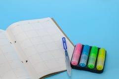 Jaar Ontwerper en het Schrijven Hulpmiddelen op Blauwe Achtergrond Stock Foto