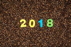 Jaar 2018 op de achtergrond van koffiebonen Royalty-vrije Stock Afbeeldingen