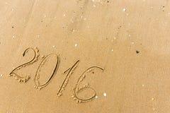 2016 Jaar op het strandzand dat wordt geschreven Royalty-vrije Stock Foto